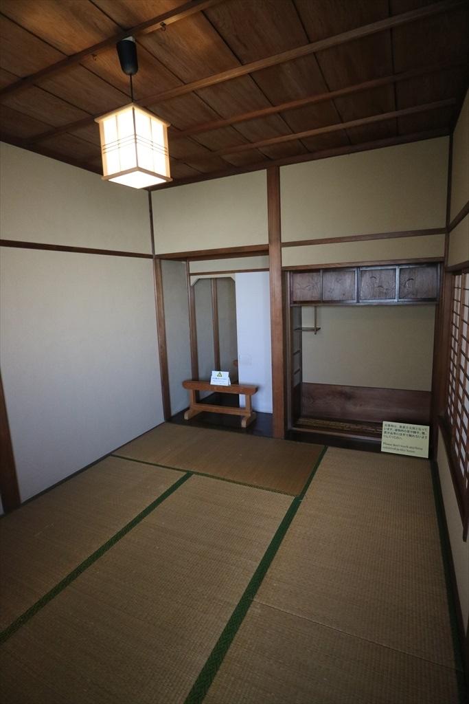 階段を上がったすぐのところにある和室