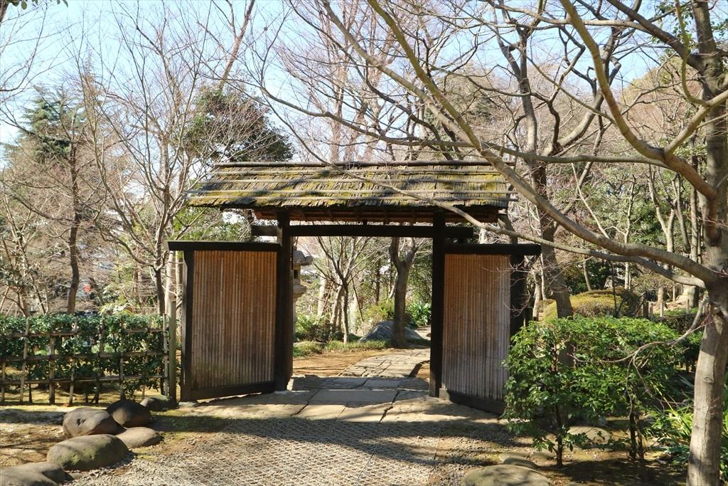 庭門をくぐり主庭へ進む_1