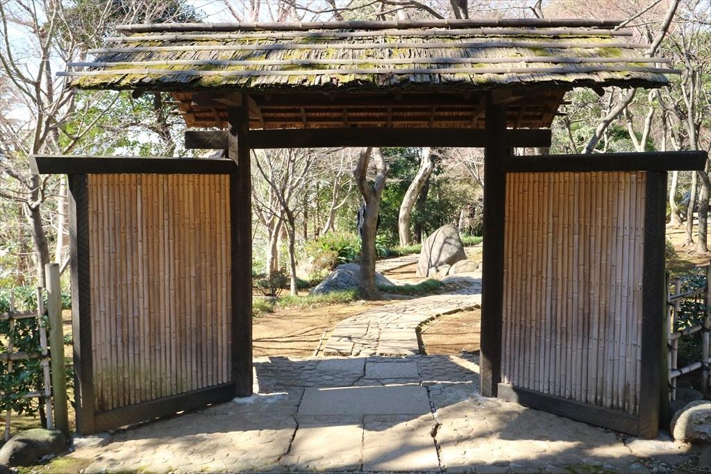 庭門をくぐり主庭へ進む_2