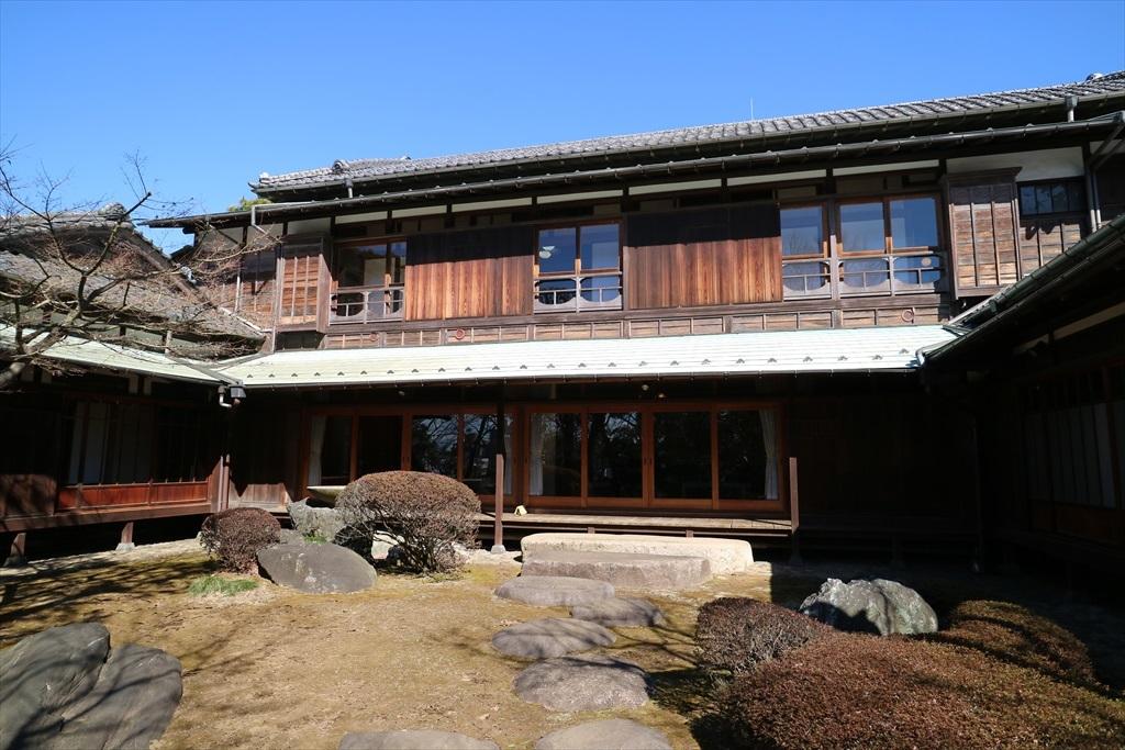 中央が主屋で、右側が応接間、左側が杉の間