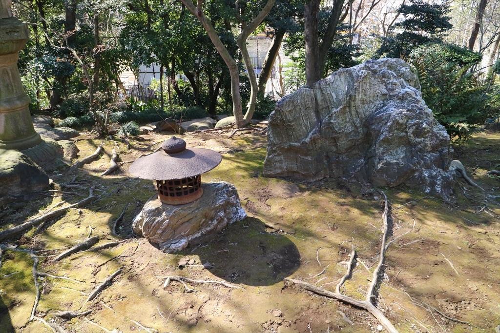 庭石も立派_1