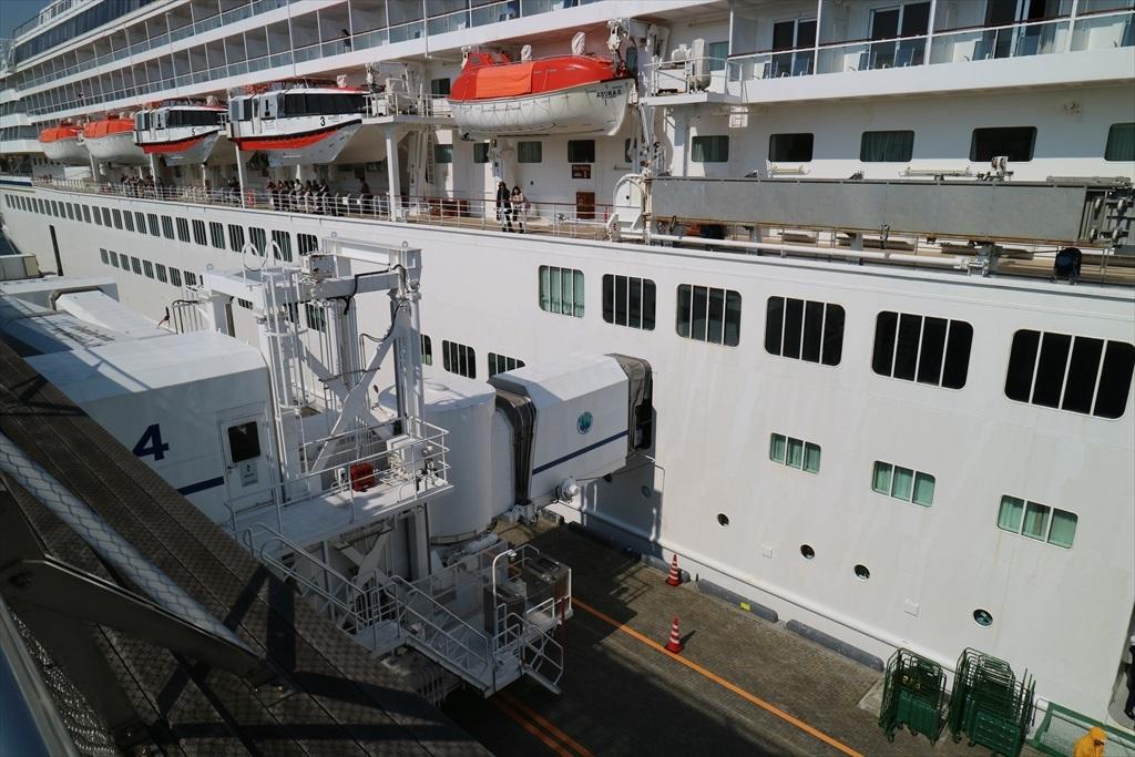 甲板上にいる人たちは神戸までの船客かな