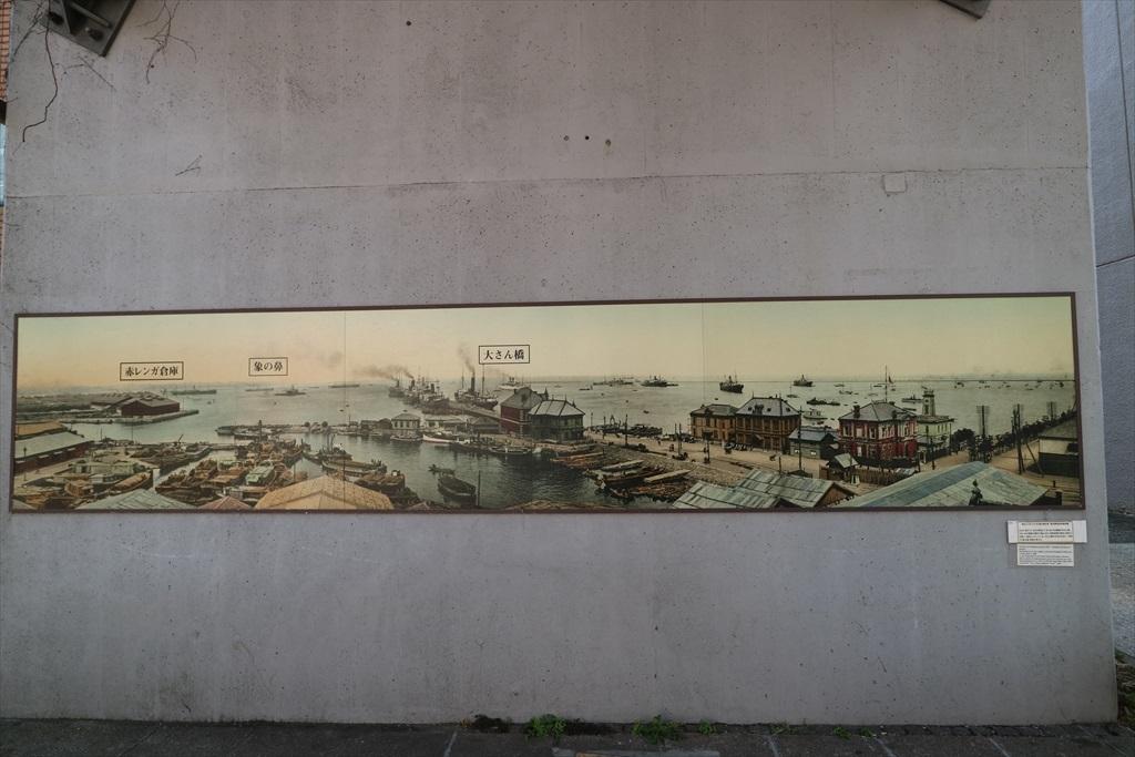 『汽車道」の橋桁に描かれたイラスト_1