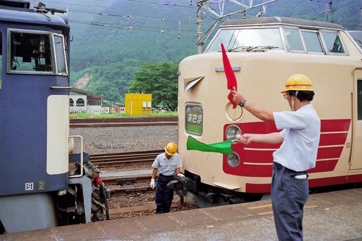 198708横川駅_特急あさま補機EF63連結_06