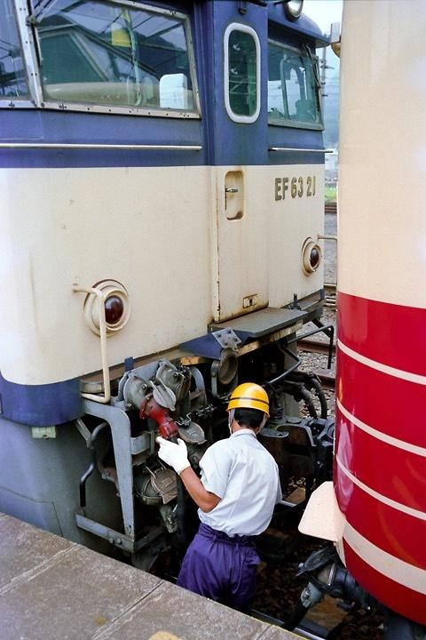 198708横川駅_特急あさま補機EF63連結_08