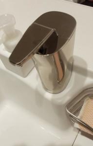 simplehuman(シンプルヒューマン) センサーソープディスペンサー 222ml ブラッシュドニッケル ST1036 洗剤容器配置