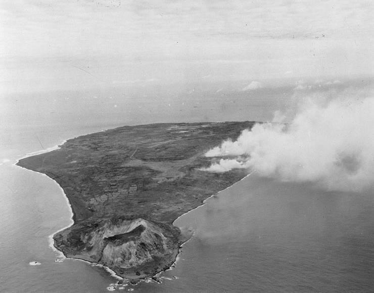 Pre-invasion_bombardment_of_Iwo_Jima.jpg