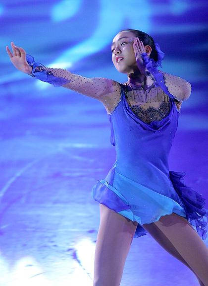 mao-asada-figure-skating-exhibition-so-deep-is-the-night-blue-dress04.jpg