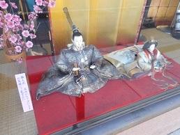鈴木屋呉服店 外の人形
