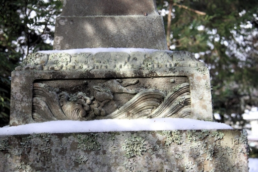 玉作湯神社の落っこちそうな波乗りウサギ