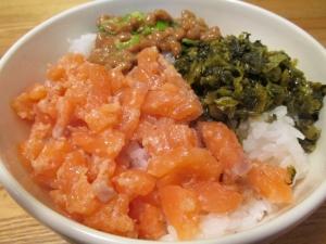 サーモンユッケ三色丼2