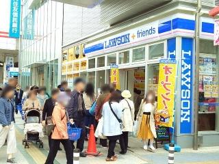 170420_4596 駅前の「LAWSON+friends」開店記念セールの列VGA