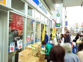 170420_4597 駅前の「LAWSON+friends」開店記念セールの列VGA