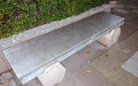補修されたベンチ