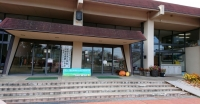 施設の玄関前
