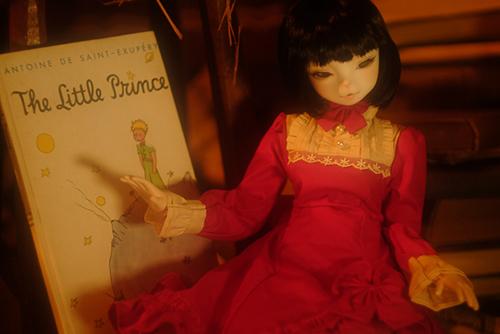 お譲り頂いた、DEAR MINE、DIANAヘッドカスタムの猫レディ、珠世さん。秘密めいたアンティークな部屋で、『星の王子さま』の本を見つけました。