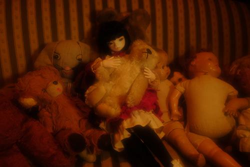 お譲り頂いた、DEAR MINE、DIANAヘッドカスタムの猫レディ、珠世さん。秘密めいたアンティークな部屋で、古い人形を愛しそうに見つめている。