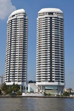 thumbnail_apartments-1123185_640.jpg