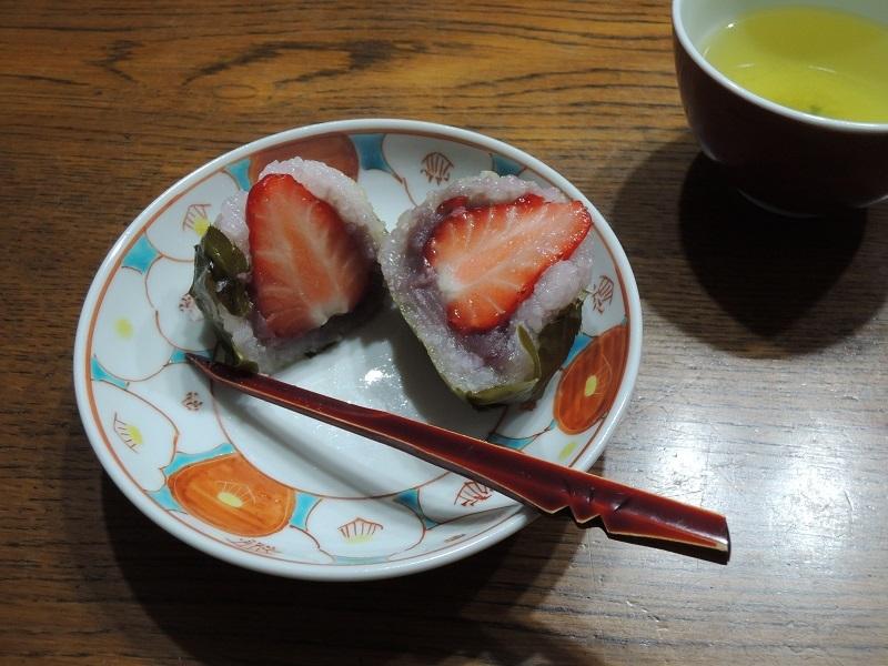 イチゴ桜餅を割ってみました
