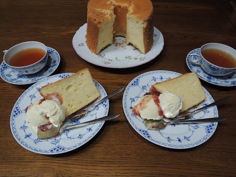 シフォンケーキにバニラアイス添え