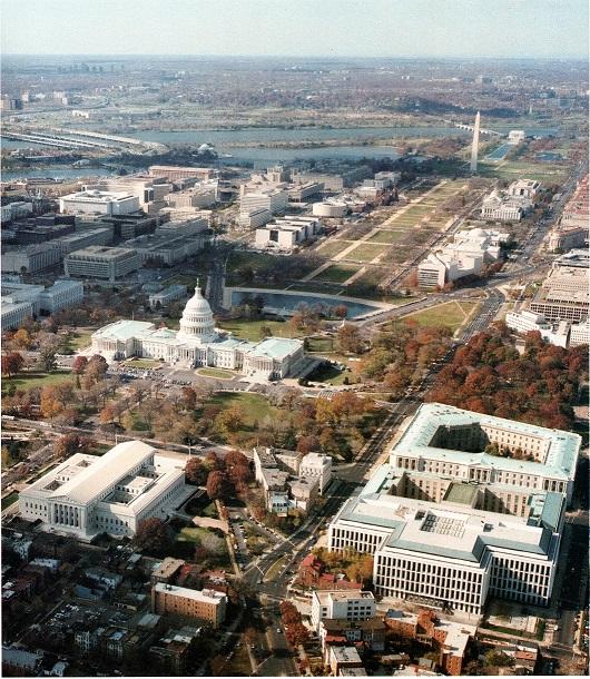 写真中央が連邦議会議事堂、左下が連邦最高裁判所。右上の細長い白い塔はワシントン記念塔。
