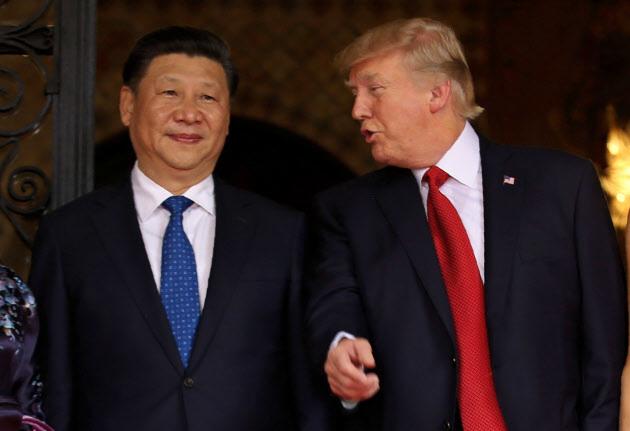 習近平中国国家主席(左)と話すトランプ米大統領(米フロリダ州パームビーチ)=ロイター
