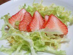 【写真】スライスしたいちごとエンダイブのサラダ