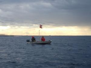 PB040023 アルミボート夫妻はばりばり釣ってる