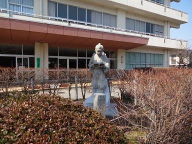児童達を温かく迎える二宮金次郎像