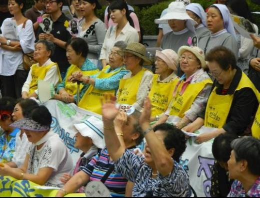 従軍慰安婦イヨンス右端の黄色いシャツ1