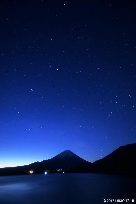 絶景探しの旅 – 0139 満天の星輝く夜明け前の富士山と本栖湖 (山梨県 身延町)