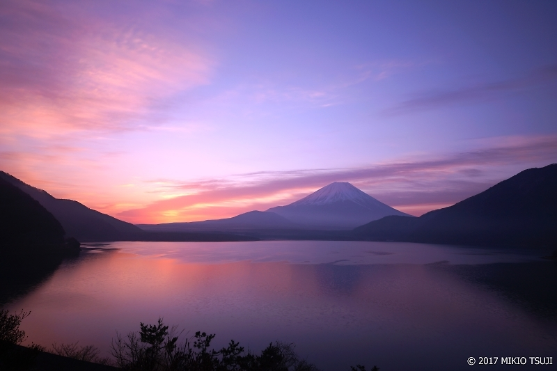 絶景探しの旅 - 0149 空明るむ 朝霞の富士山と本栖湖 (山梨県 身延町)