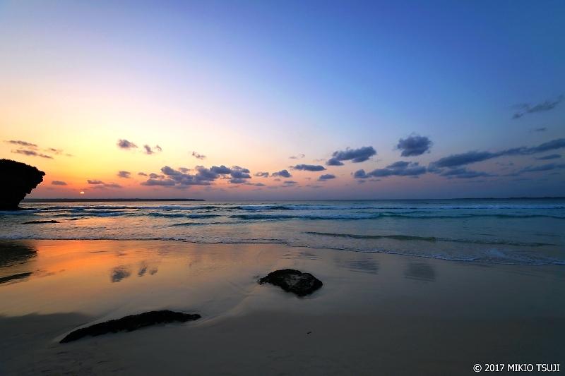 絶景探しの旅 - 0164 オレンジの空と宮古ブルーな水平線 (砂山ビーチ/沖縄県 宮古島市)