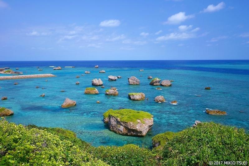 絶景探しの旅 - 0168 珊瑚礁の海に浮かぶ 「津波岩」 (東平安名岬/沖縄県 宮古島市)